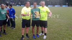 Indosport - Thoriq Alkatiri (tengah) wasit Indonesia yang berlisensi FIFA.
