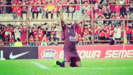 Pada 10 Mei 2017 lalu, tandukan penyerang asing PSM Makassar Reinaldo Elias da Costa merobohkan benteng kokoh Arema FC di Liga 1 yang dikawal Kurnia Meiga. - INDOSPORT