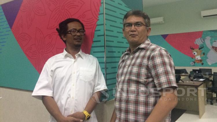 Heru Joko (bobotoh) dan Ferry Indrasjarief, ketua Jakmania. Copyright: Lanjar Wiratri/Indosport.com