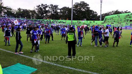 Kericuhan yang terjadi di laga Persema 1953 vs Arema Indonesia. - INDOSPORT