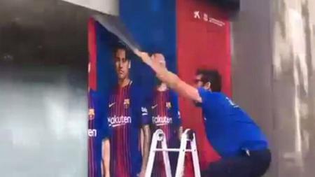 Pencopotan poster Neymar di luar Caixa Bank di Nou Camp. - INDOSPORT