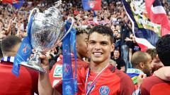 Indosport - Thiago Silva mengangkat trofi piala Prancis musim 2016/17.