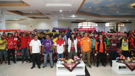 Islah damai suporter Indonesia. - INDOSPORT
