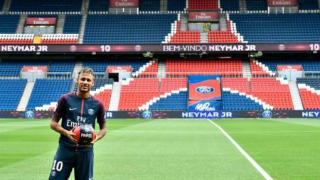 Neymar saat Diperkenalkan PSG - INDOSPORT