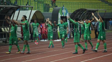 Selebrasi para pemain Bhayangkara FC usai kemenangan. (Herry Ibrahim/INDOSPORT) - INDOSPORT
