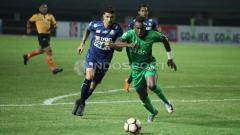 Indosport - Guy Junior saat beraksi melawan Arema FC.