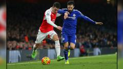 Indosport - Mesut Ozil (kiri/Arsenal) saat berduel dengan Cesc Fabregas (Chelsea).