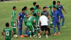 Indosport - Aksi saling dorong hingga nyaris berujung perkelahian dari kedua tim.