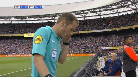 Wasit Danny Makkelie memeriksa video replay. - INDOSPORT