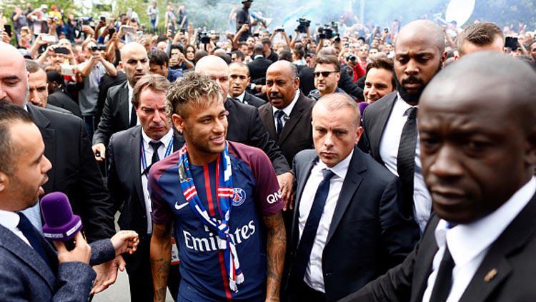 Wartawan hingga suporter tampak tak mau kehilangan momennya saat Neymar resmi jadi pemain baru PSG. Copyright: INDOSPORT