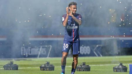 Kemeriahan Neymar disambut dengan meriah di Stadion Parc des Princes. - INDOSPORT