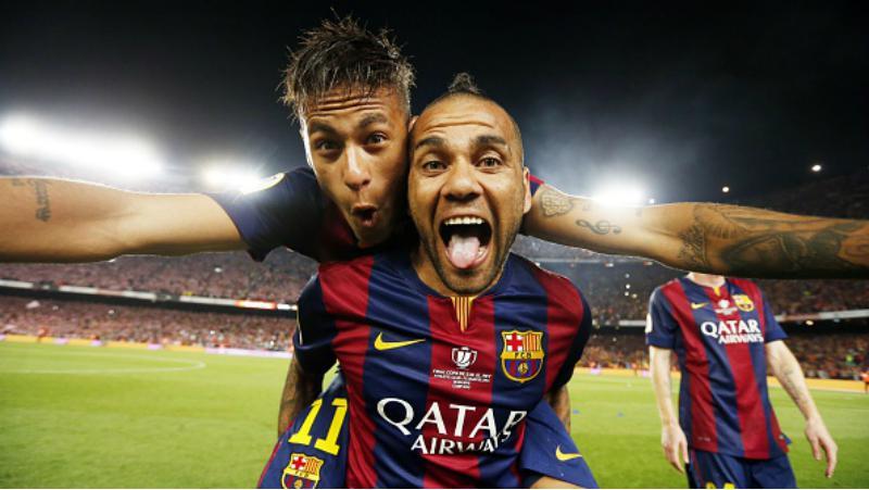 Neymar dan Dani Alves ketika masih memperkuat Barcelona. Copyright: INDOSPORT