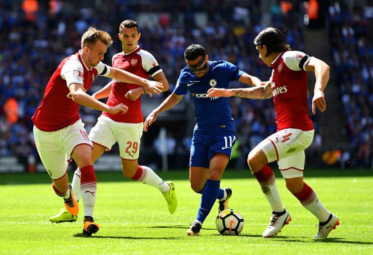 Pedro mendapatkan pengawalan ketat dari para pemain Arsenal. Copyright: INDOSPORT