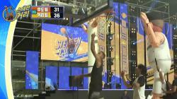 Momen ketika Stephen Curry mencetak poin dalam sebuah laga unik di Korea Selatan.