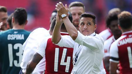 Alexis Sanchez melambaikan tangan saat Arsenal juara Community Shield. - INDOSPORT