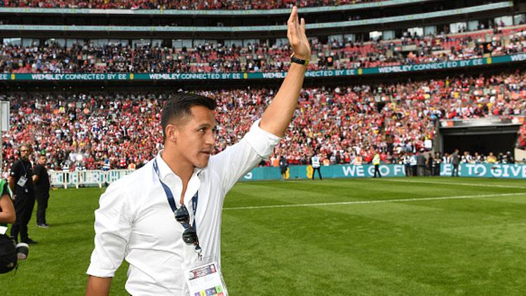 Alexis Sanchez melambaikan tangan saat Arsenal juara Community Shield. Copyright: INDOSPORT