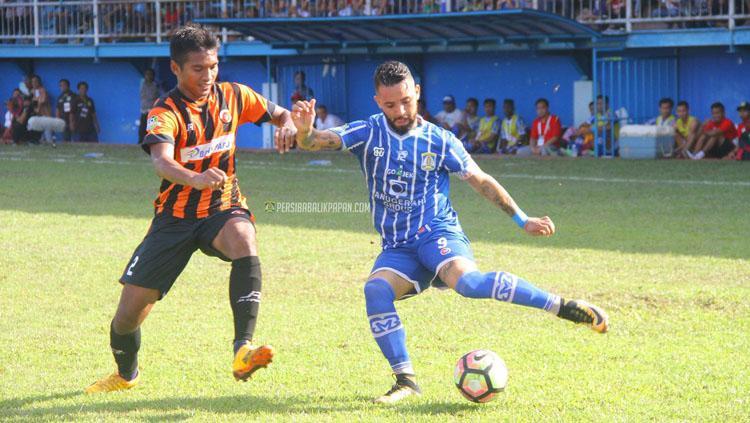 Srdan Lopicic (kanan) menendang bola saat melawan Perseru Serui. Copyright: Twitter@persibafc_media