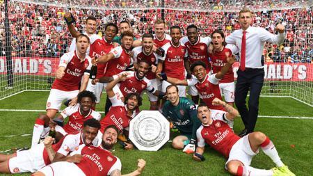 Pose kegembiraan para pemain Arsenal memenangkan trofi Community Shield. - INDOSPORT