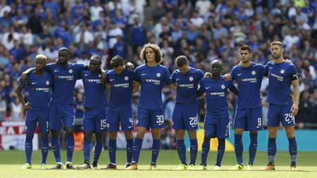 Para pemain Chelsea tampak lesu melihat Thibaut Courtois gagal memasukan bola lewat tendangan penalti. - INDOSPORT