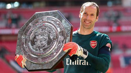 Petr Cech dan trofi Community Shield 2017. - INDOSPORT