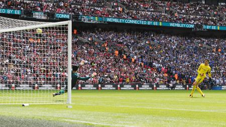 Tendangan Thibaut Courtois melambung ke atas gagal memanfaatkan tendangan penalti. - INDOSPORT