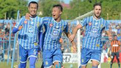 Indosport - Anmar Almubaraki (kanan) dan Sunarto (kiri) saat melakukan selebrasi.