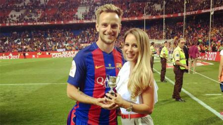 Ivan Rakitic bersama istrinya, Raquel Mauri, yang pertama kali bertemu di sebuah bar hotel di Seville, Spanyol. - INDOSPORT