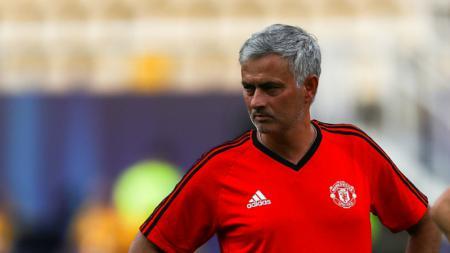 Jose Mourinho memimpin jalannya latihan skuat Setan Merah. - INDOSPORT