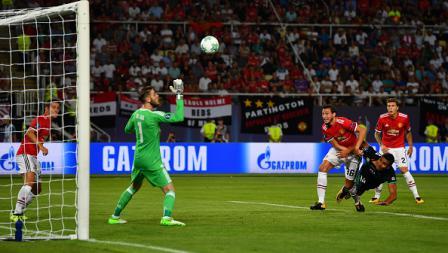 Salah satu usaha dari gelandang tengah Real Madrid, Casemiro saat melepaskan ancaman ke gawang Man United.