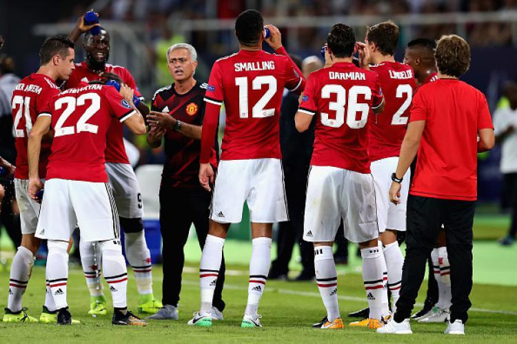 Pelatih Man United, Jose Mourinho memberikan arahan kepada tim besutannya saat sedang water break. Copyright: INDOSPORT