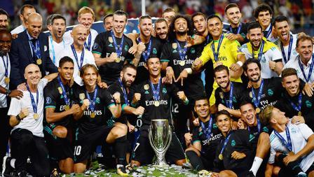 Pose selebrasi pemain dan tim Real Madrid usai memenangkan trofi Piala Super Eropa.