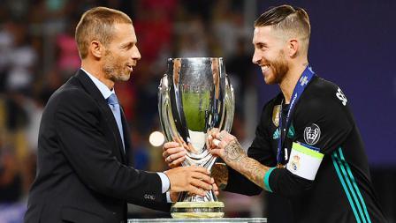 Presiden UEFA, Aleksander Ceferin, menyerahkan gelar Piala Supoer Eropa kepada kapten Real Madrid, Sergio Ramos.