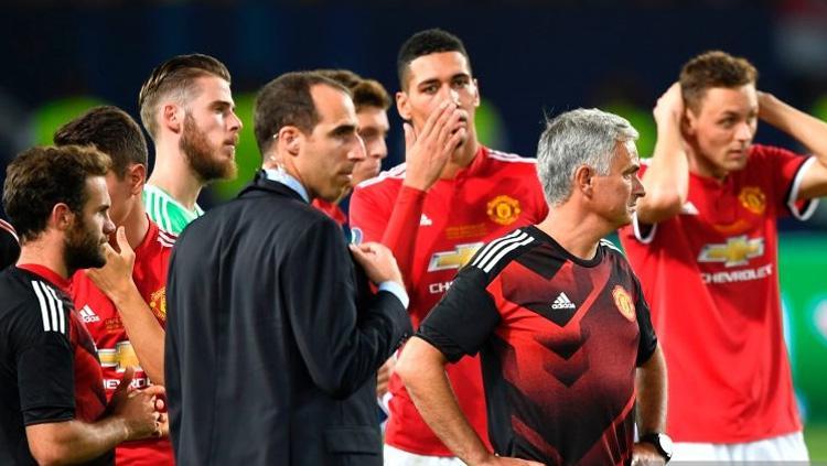 Semrawut wajah Jose Mourinho dan para pemainnya. Copyright: INDOSPORT