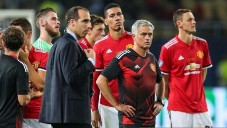Semrawut wajah Jose Mourinho dan para pemainnya.