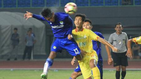 Aksi penggawa Persib Bandung U-19 saat melawan Bhayangkara FC U-19. - INDOSPORT
