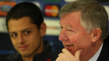 Sir Alex Ferguson dan Javier Hernandez. - INDOSPORT