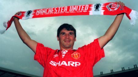 Roy Keane saat diperkenalkan sebagai pemain baru Man United. - INDOSPORT