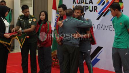 Edy Rahmayadi saat melepas skuat Timnas Futsal Putri dan Timnas U-22.