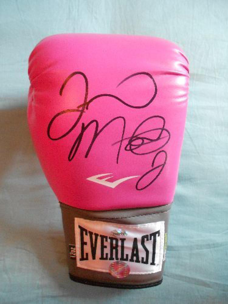 Sarung tinju warna pink kepunyaan Floyd Mayweather. Copyright: mirror.co.uk