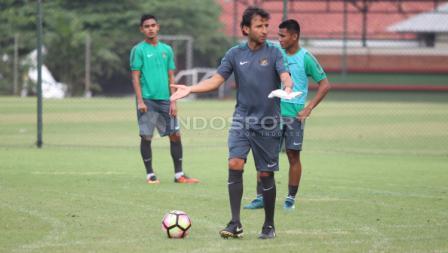 Pelatih Luis Milla memberikan instruksi.