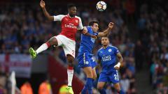 Indosport - Danny Welbeck melakukan duel udara dengan pemain Leicester City.