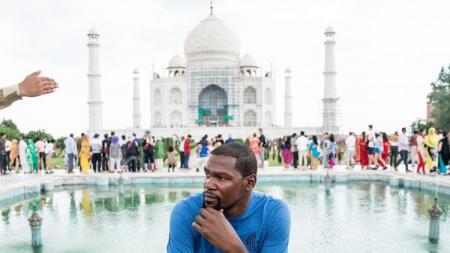 Kevin Durant saat berada di India. - INDOSPORT
