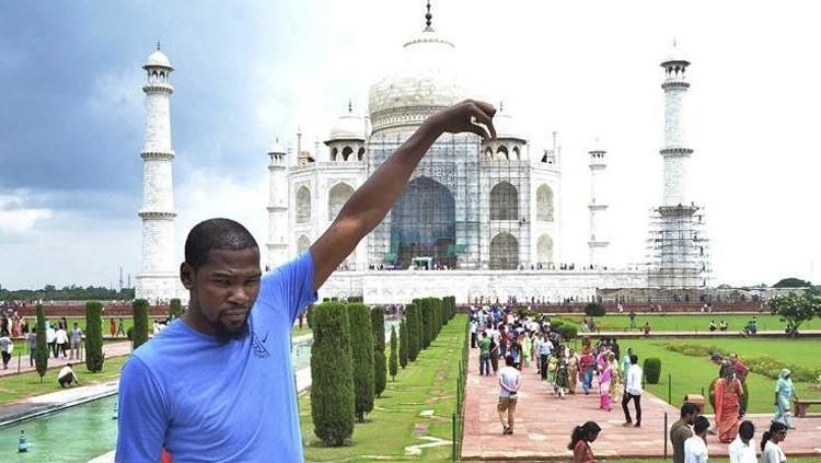 Kevin Durant saat berada di India. Copyright: sportskeeda.com