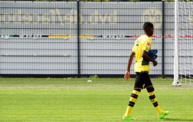 Ousmane Dembele pergi meninggalkan kamp pelatihan Dortmund. Copyright: INDOSPORT