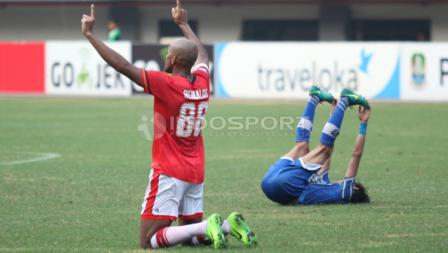 Selebrasi striker anyar Persija Jakarta, Reinaldo Elias da Costa (kiri) usai laga.