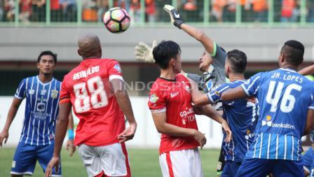 Kiper Persiba Balikpapan, Dian Agus (tengah) berjibaku menghalau serangan pemain Persija.