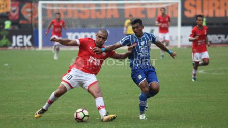 Aksi Pemain Persija, Bruno da Silva Lopes dijaga ketat pemain Persiba.
