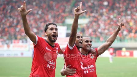 Ki-ka: Willian Pacheco, Reinaldo Elias da Costa, dan Bruno Lopes melakukan selebrasi gol kedua Persija yang dicetak oleh Bruno Lopes lewat titii penalti.