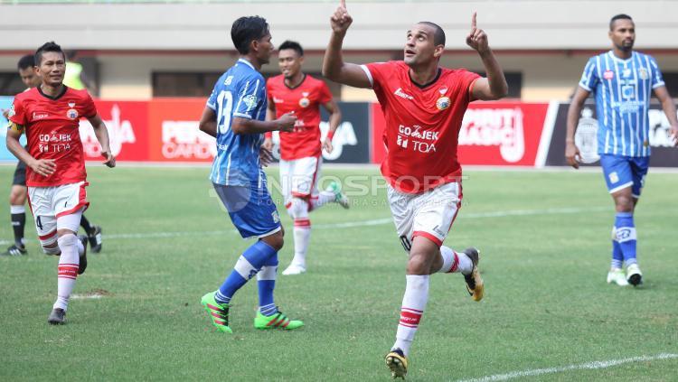 Selebrasi Bruno Lopes usai mencetak gol ke gawang Persiba lewat titik penalti. Copyright: Herry Ibrahim/Indosport.com
