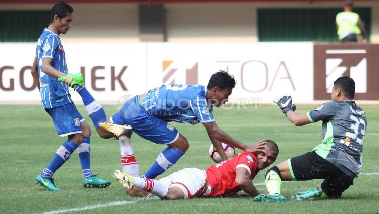 Bruno Lopes dijatuhkan oleh beberapa pemain Persiba Balikpapan. Copyright: Herry Ibrahim/Indosport.com